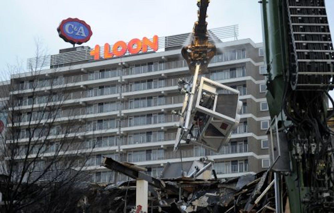De sloop van een deel van winkelcentrum 't Loon in Heerlen begon woensdag. ANP