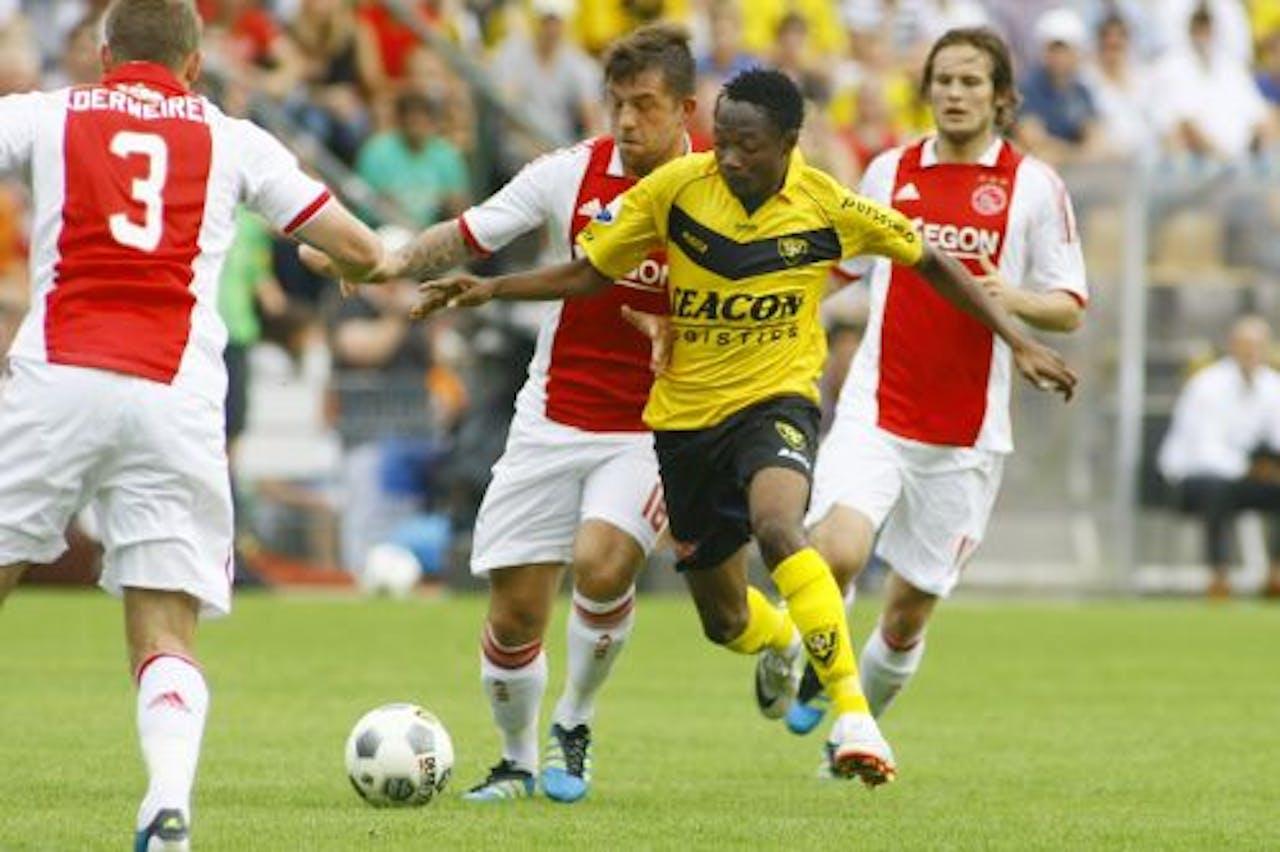Ajax-spelers Toby Alderweireld (L) en Theo Janssen (M) in duel met VVV Venlo-speler Ahmed Musa. ANP