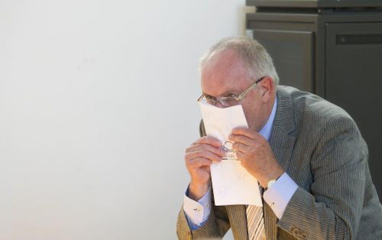 Johan Robesin kust maandag in Middelburg zijn stembiljet voor de leden van de Eerste Kamer. ANP
