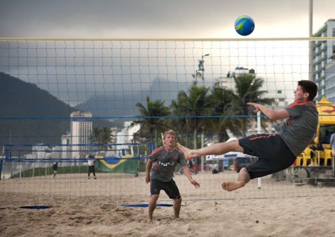 Dirk Kuijt en Klaas-Jan Huntelaar op het strand van Rio de Janeiro. ANP