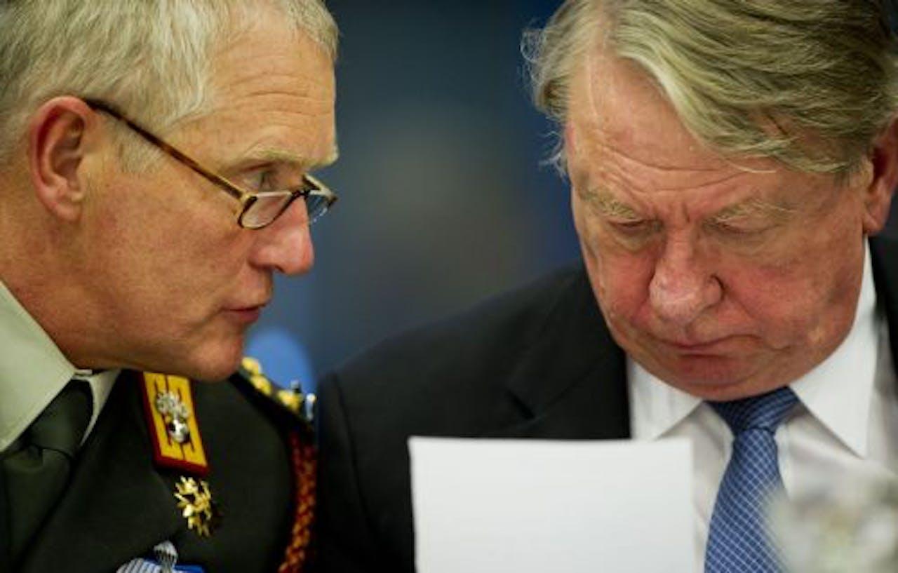 Commandant van de Nederlandse Strijdkrachten Generaal Peter van Uhm (L) en minister van Defensie Hans Hillen. ANP