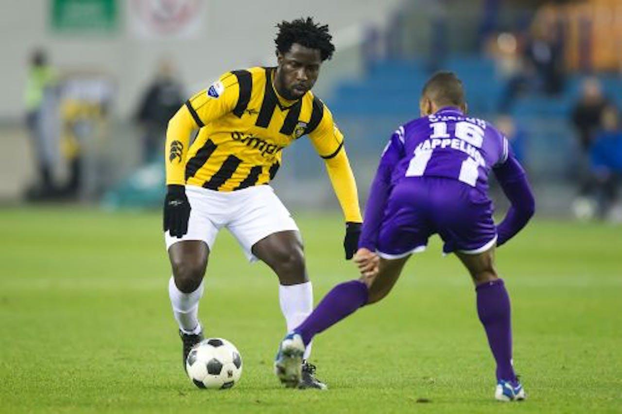 Wilfried Bony (L) van Vitesse in duel met Johan Kappelhof (R) van FC Groningen. ANP PRO SHOTS