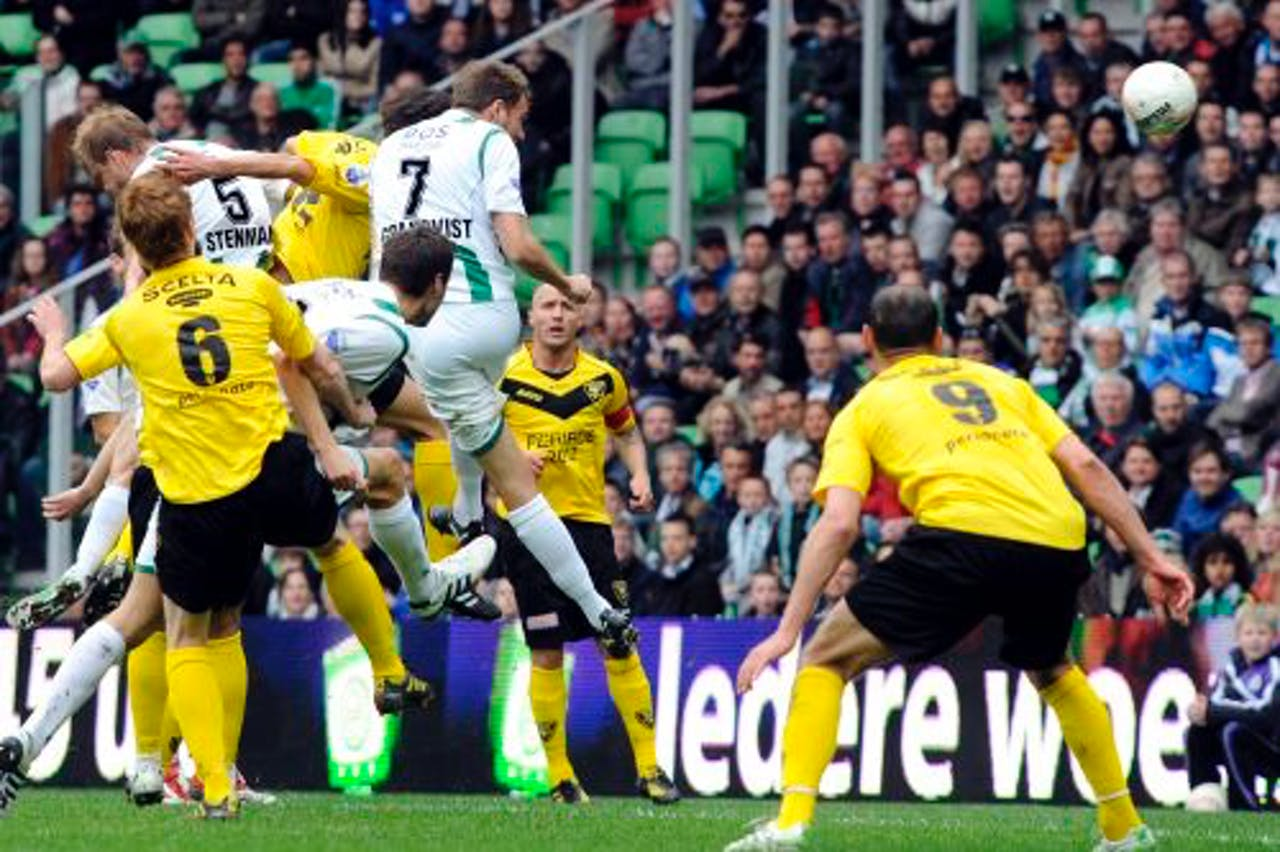 FC Groningen-speler Andreas Granqvist (M) kopt de 2-0 binnen. ANP Pro Shots