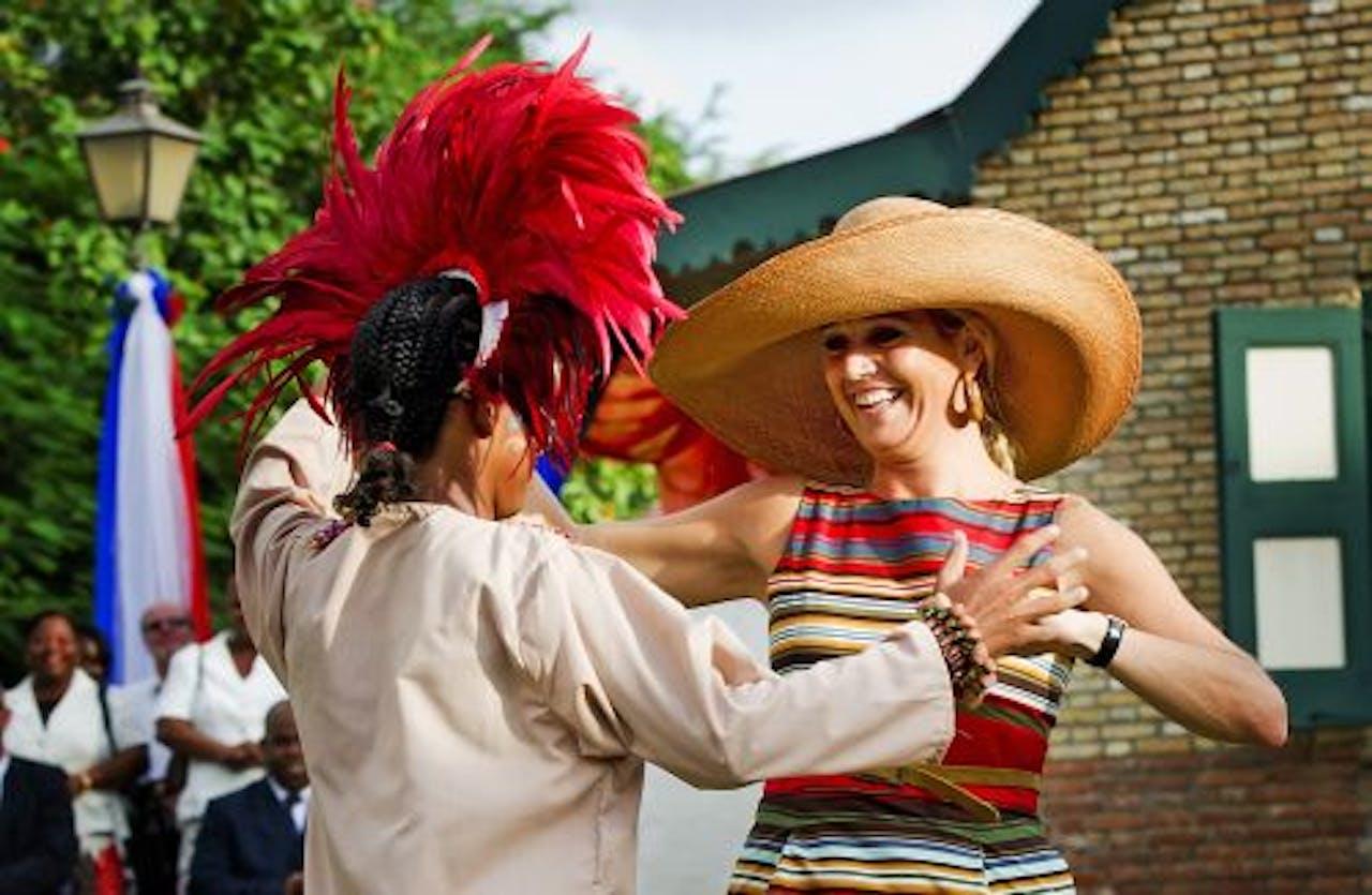 Prinses Máxima danst tijdens een cultureel festival in het Historical Foundation Museum op Sint Eustatius. EPA