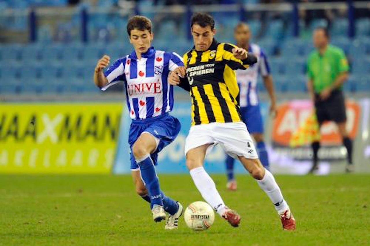 SC Heerenveen-speler Filip Djuricic (L) in duel met Jordi Lopez van Vitesse. ANP