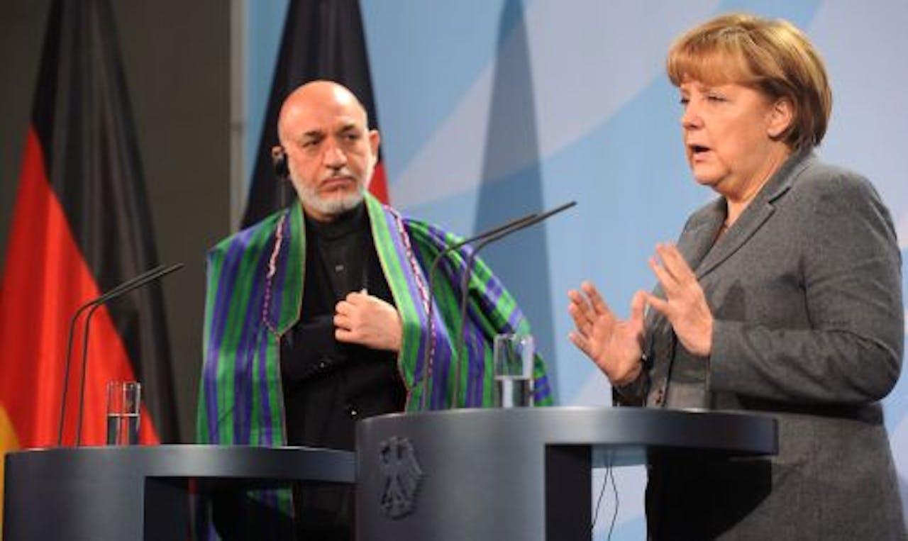 De Duitse bondskanselier Angela Merkel (R) en de Afghaanse president Hamid Karzai (L). EPA