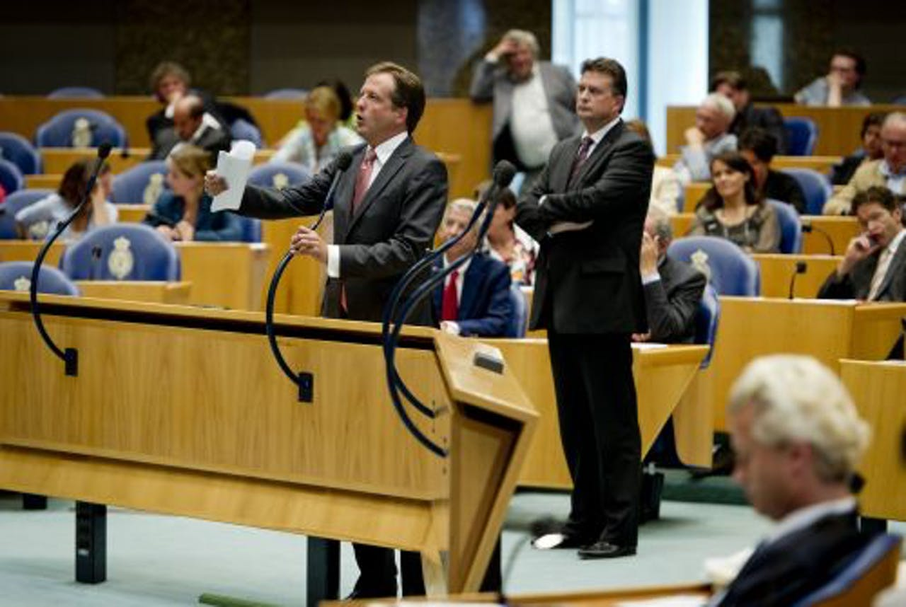 Alexander Pechtold (L) D66 en Emile Roemer van de SP (R) woensdag tijdens het debat in de Tweede Kamer over het steunpakket voor Griekenland. ANP