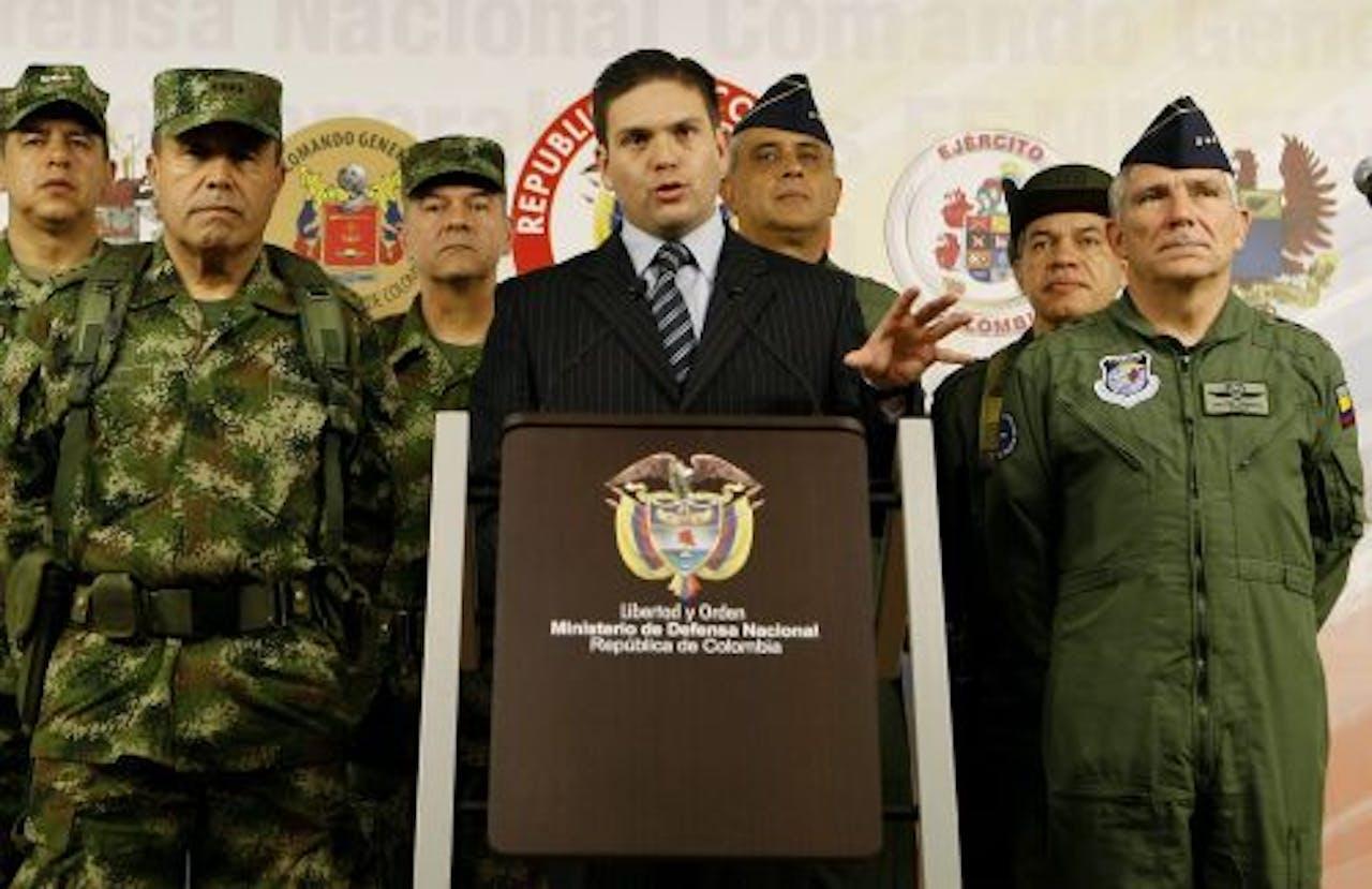 De Colombiaanse minister van Defensie Juan Carlos Pinzon (M) maakt op een persconferentie de dood van Alfonso Cano bekend. EPA