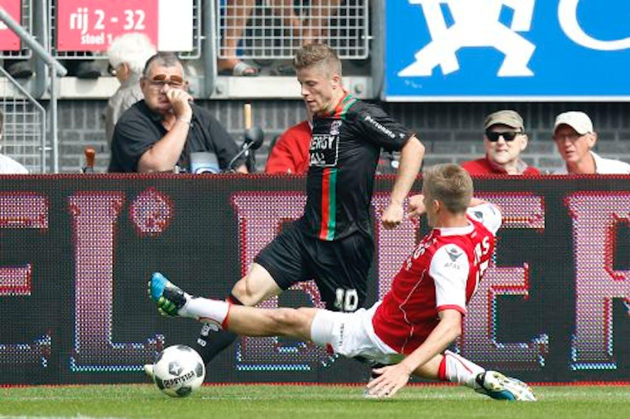 NEC-speler Lasse Schone (L) in duel met AZ-speler Pontus Wernbloom (R). ANP
