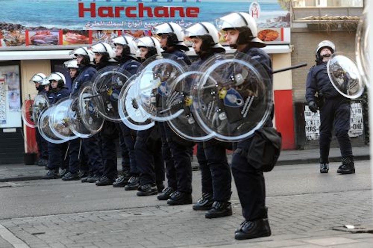 Een eenheid van de Koninklijke Marechaussee staat dinsdag opgesteld in de Ten Katestraat in Amsterdam. ANP