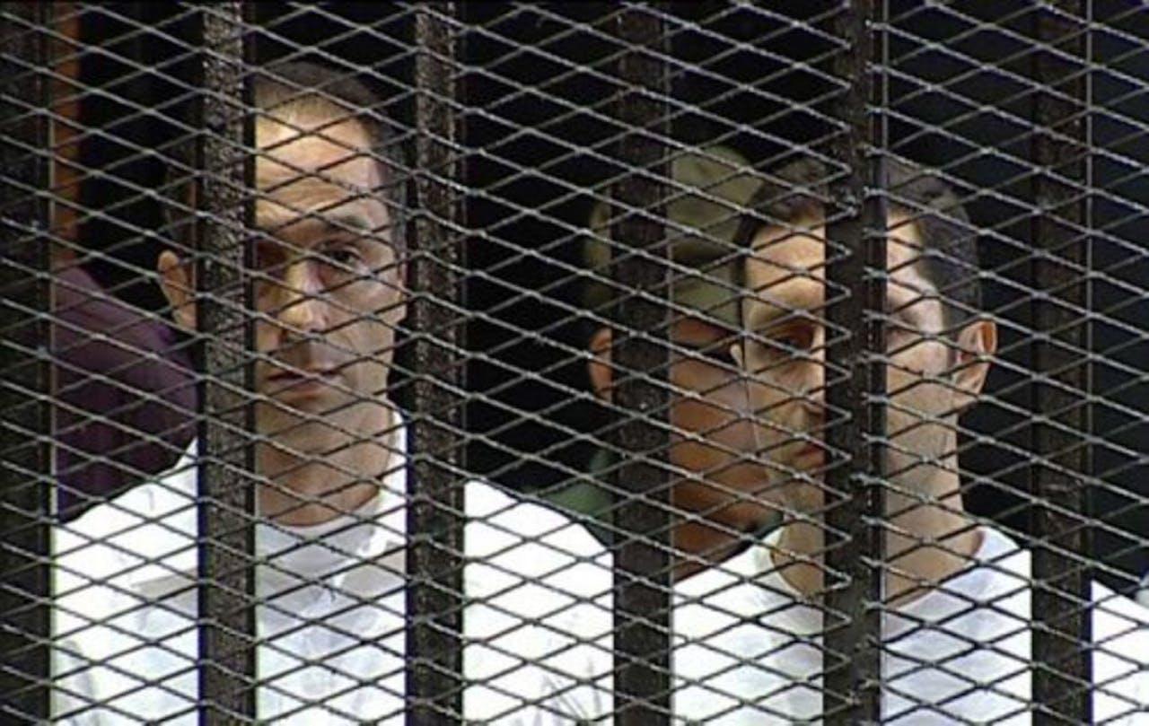 Gamal (L) en Alaa Mubarak tijdens hun rechtszaak in augustus in Caïro. EPA
