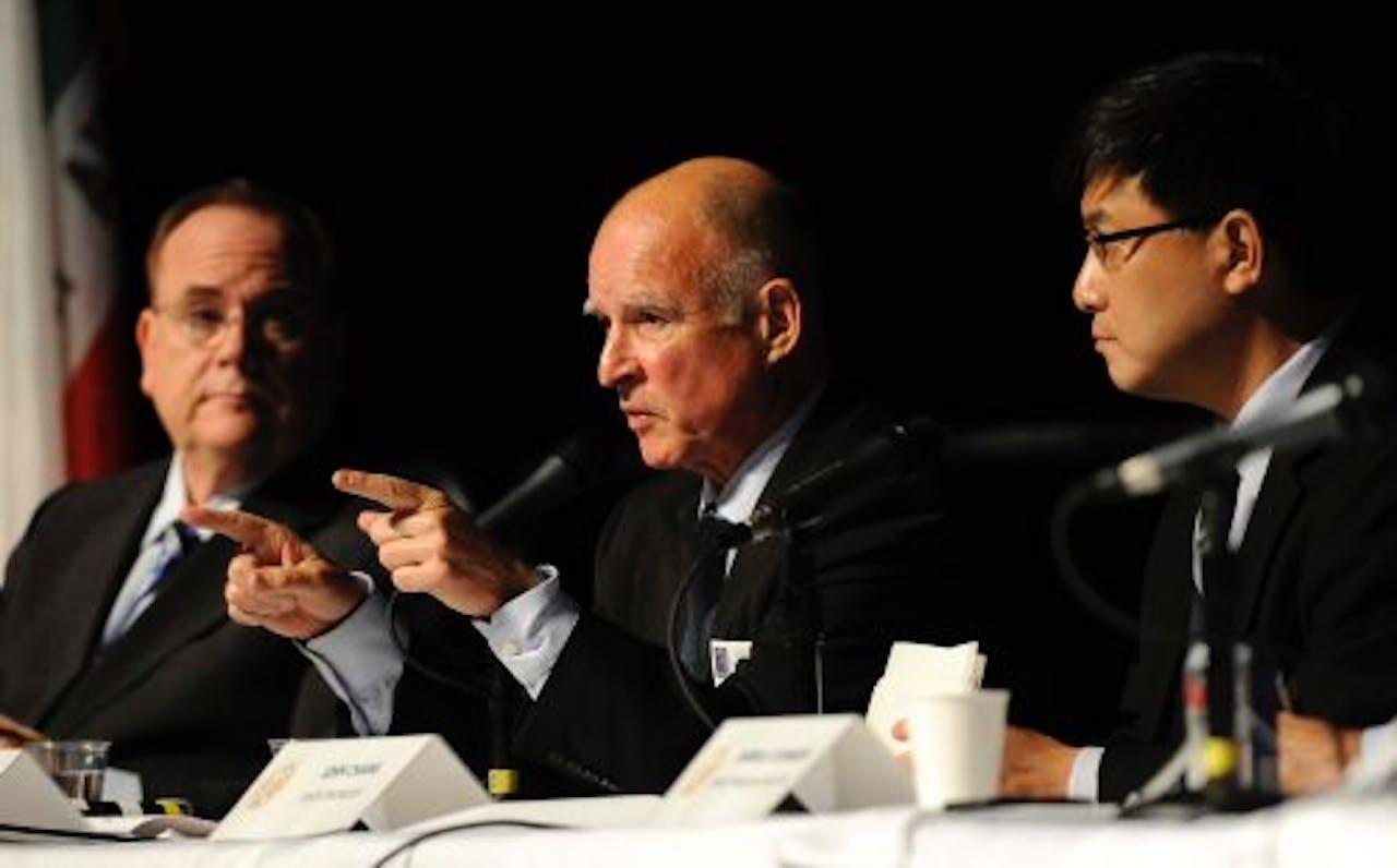 Gouverneur Jerry Brown (M) en John Chiang (R). EPA