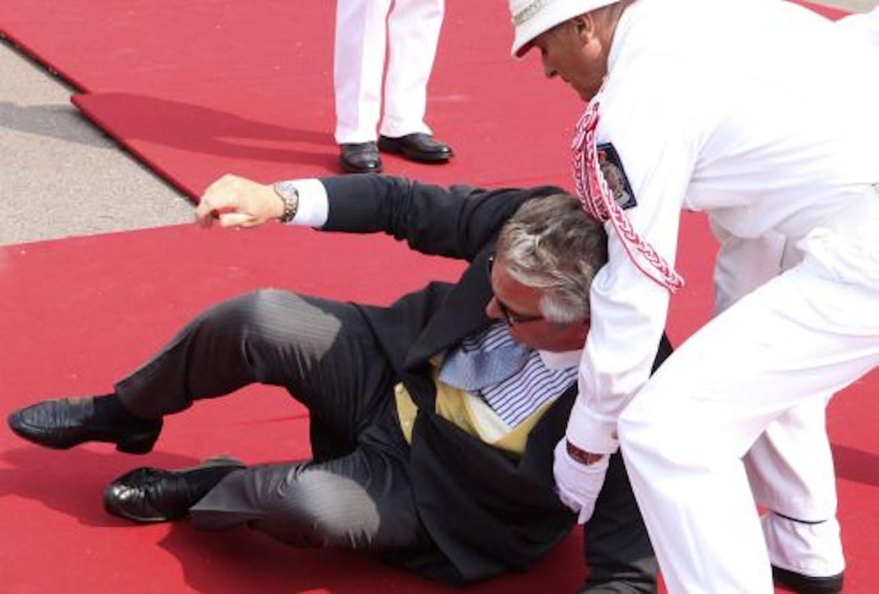 Prins Laurent ging onderuit tijdens de bruiloft van prins Albert en prinses Charlene van Monaco. EPA