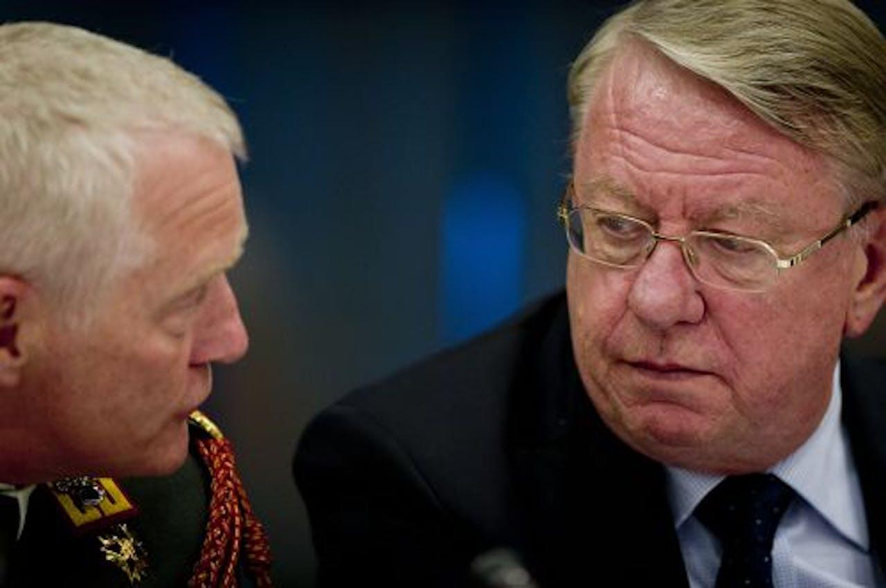 Peter van Uhm (L) en Hans Hillen. ANP