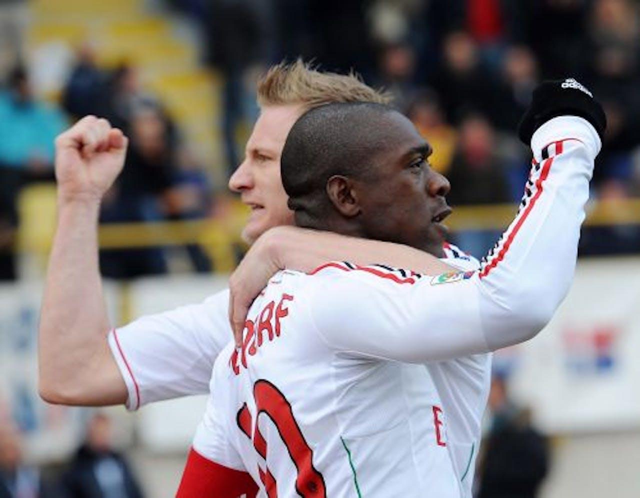 Clarence Seedorf (R) van AC Milan viert zijn doelpunt tegen Bologna met teamgenoot Ignazio Abbate (L). EPA
