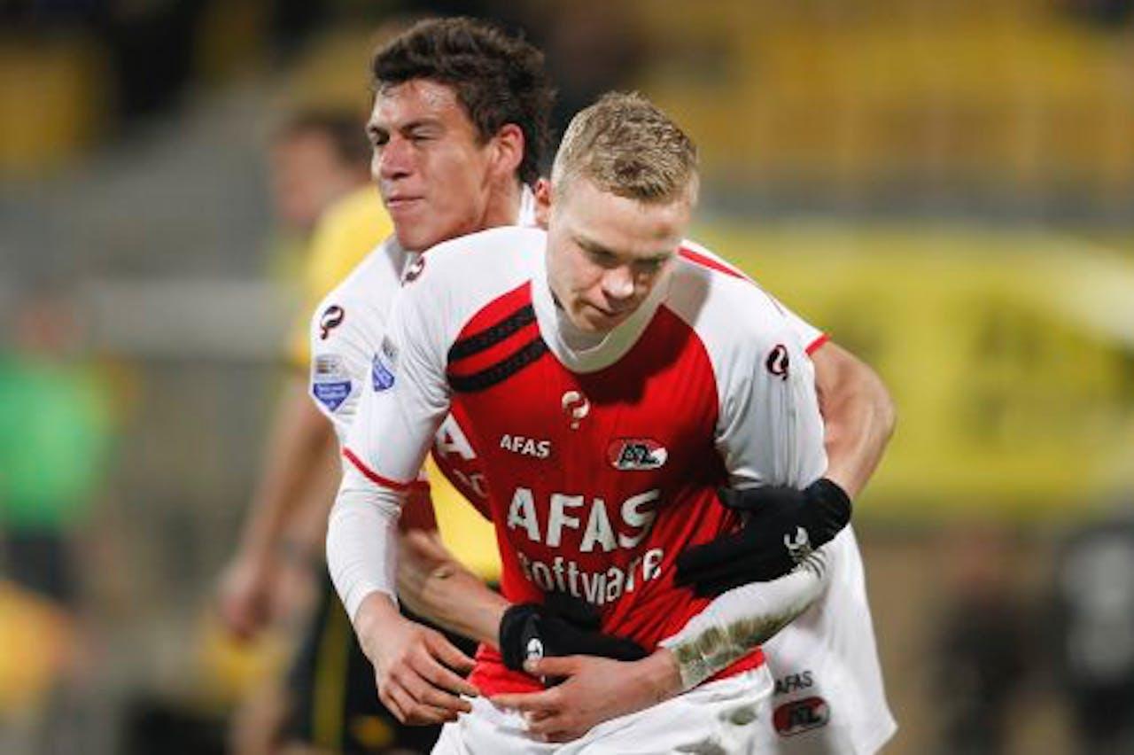 AZ-speler Kolbeinn Sigthorsson (R) heeft gescoord en wordt door teamgenoot Hector Moreno omhelsd. ANP