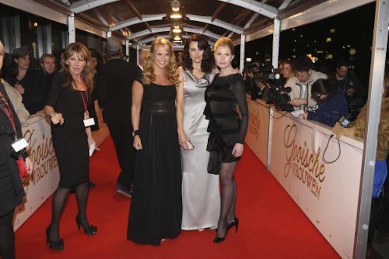 Hoofdrolspelers Linda de Mol, Susan Visser en Tjitske Reidinga (VLNR) op de première van de film Gooische Vrouwen. ANP