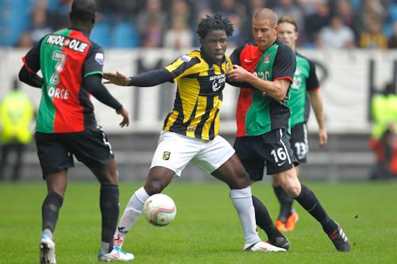 Wilfried Bony (M) van Vitesse in duel met NEC-speler Bas Sibum (R). ANP PRO SHOTS