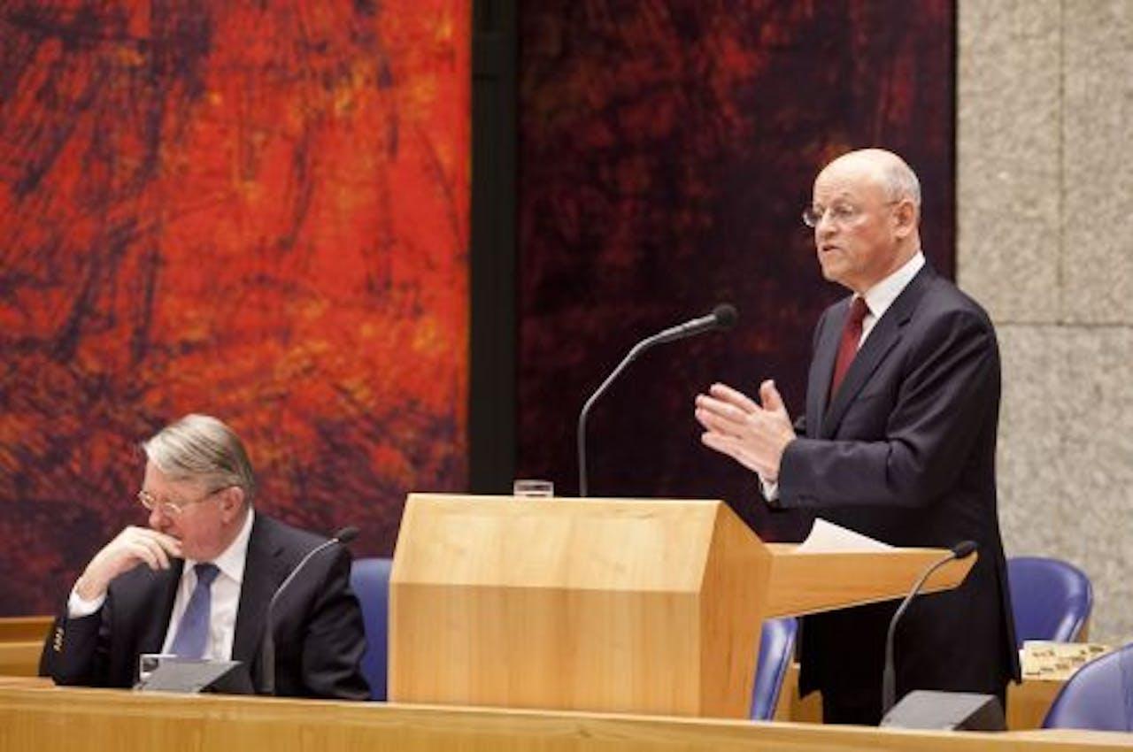 Ministers Hans Hillen (L) van Defensie en Uri Rosenthal van Buitenlandse Zaken woensdagavond in de Tweede Kamer tijdens het debat over de Nederlandse bijdrage aan de missie in Libie. ANP