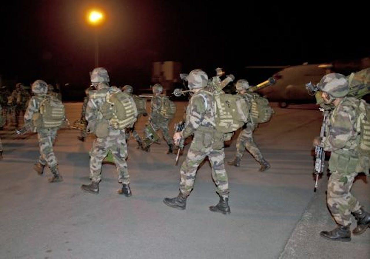 Franse militairen namen zondag het vliegveld van Abidjan in. EPA