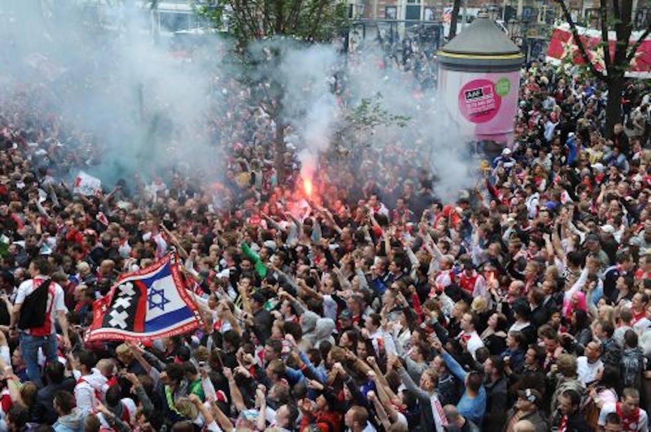 Ajax-fans op het Leidseplein in Amsterdam. ANP