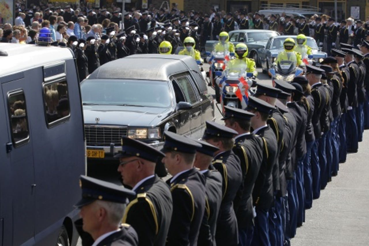 Een erehaag van politiemensen tijdens de rouwstoet voor Dick Haveman. ANP