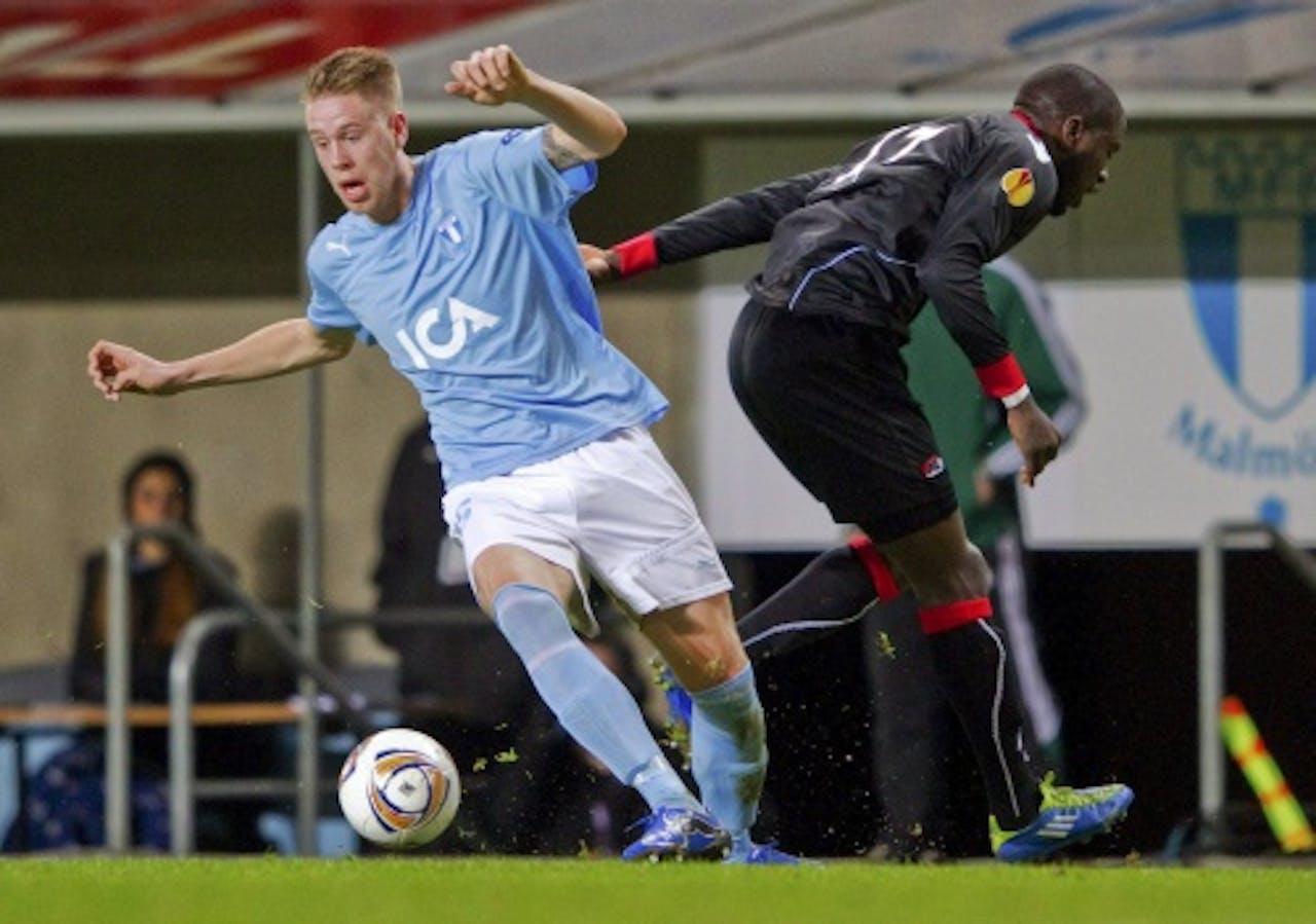 AZ-speler Jozy Altidore (R) in duel met Pontus Jansson van Malmö FF. EPA