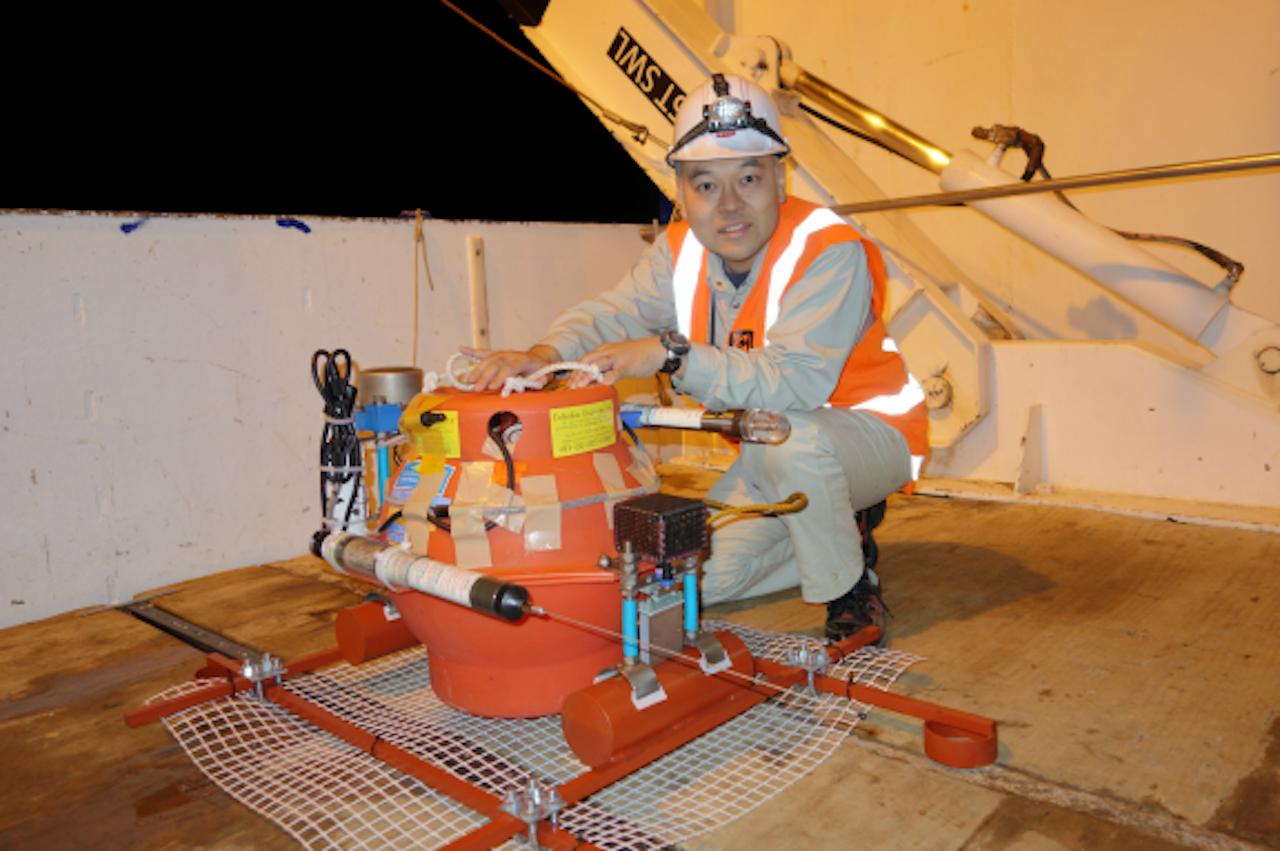 Een seismoloog bij een van de meetinstrumenten die worden gebruikt om 'langzame aardbevingen' te detecteren (Foto: Yoshihiro Ito/Kyoto University)