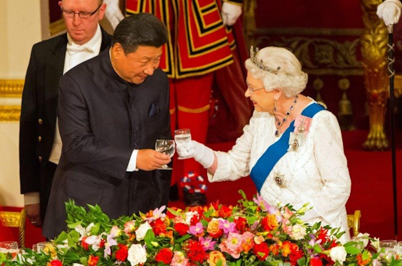 De Britse koningin Elizabeth proost met de Chinese president Xi Jinping tijdens een staatsbezoek in 2015. Foto ANP
