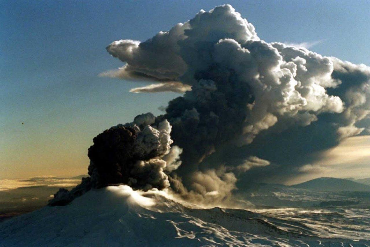 De vulkaan Ruapehu tijdens een uitbarsting in 1996. Foto ANP