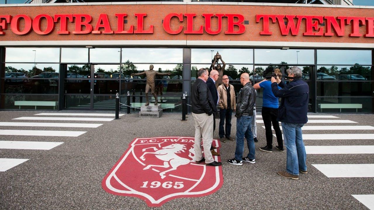 Vertegenwoordigers van supportersverenigingen van FC Twente bij De Grolsch Veste.