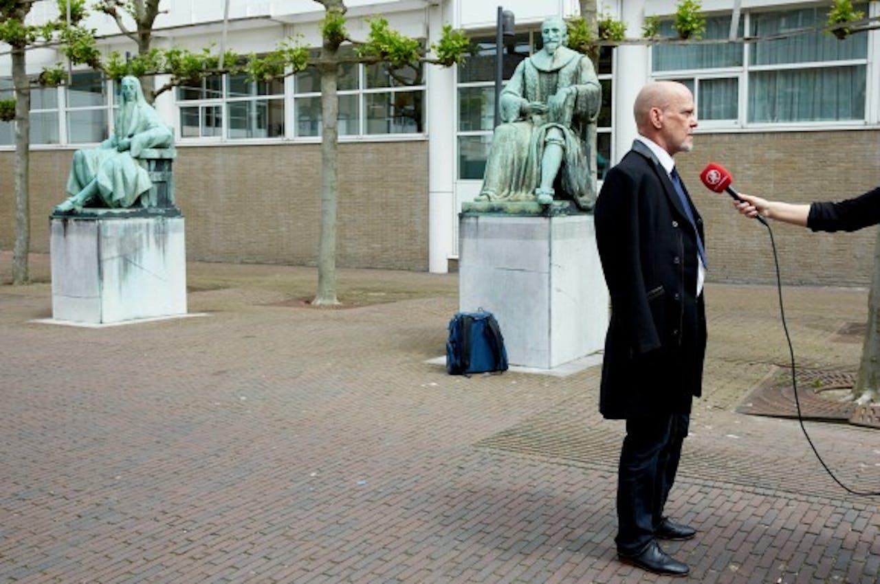 Martien Hunnik staat de pers te woord nadat de Hoge Raad oordeelde dat de zaak moest worden herzien. Foto ANP