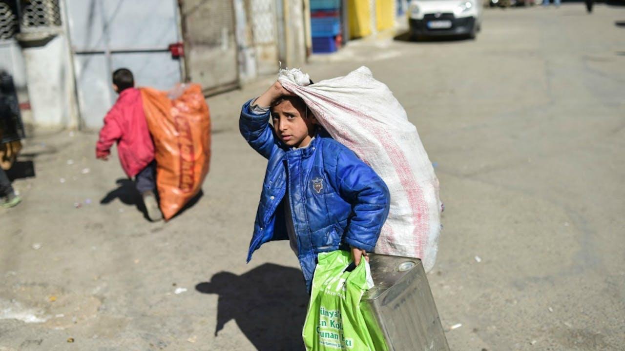 Syrische kinderen brengen vuilnis naar een depot in Gaziantep. Foto: ANP/AFP
