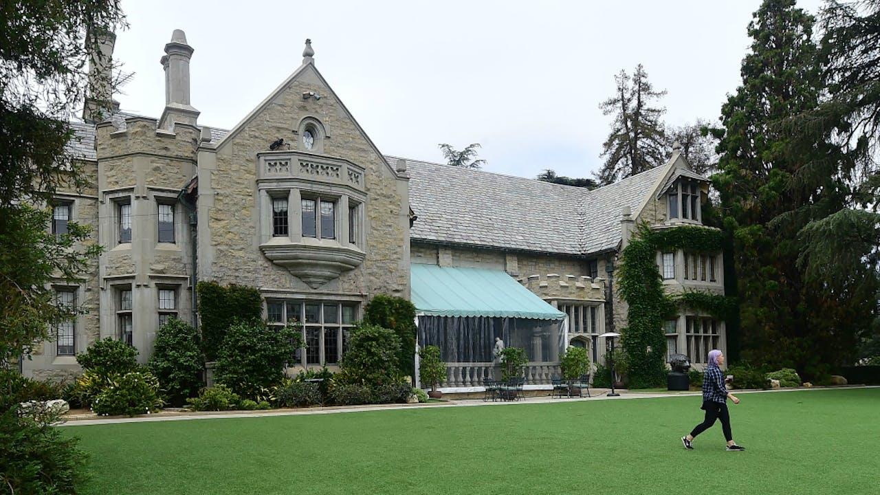 De Playboy Mansion uit 1927 is gebouwd in Gothic Tudor stijl.