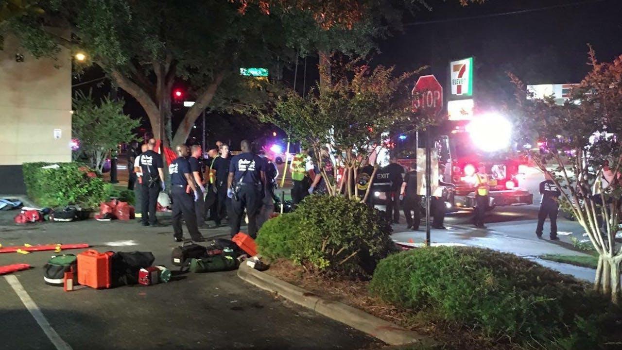 Hulpverleners, politie en slachtoffers buiten bij de homoclub in Orlando, Florida.