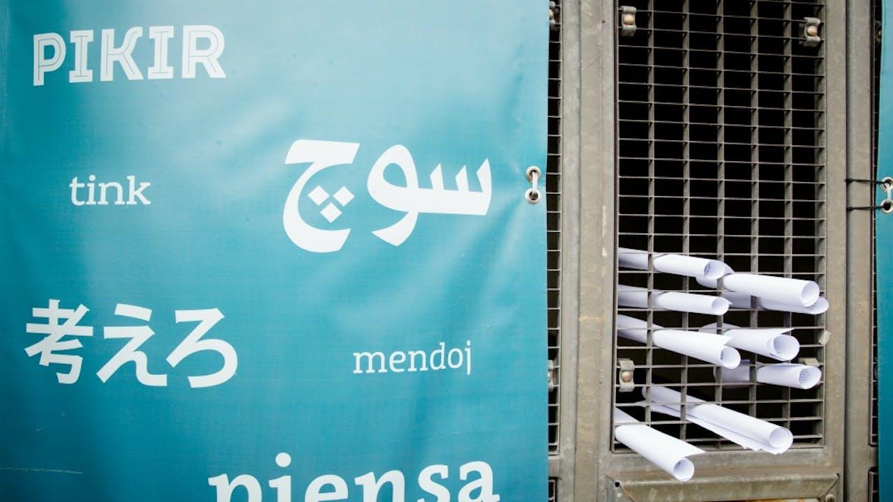 Rotterdam, vanmiddag: Medewerkers van DENK stoppen briefjes door het hek van het partijbureau met de verklaring van Öztürk. Foto: ANP