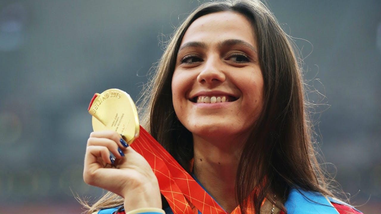 De Russische hoogspringster Maria Kuchina won vorig jaar goud tijdens het WK in Beijing.