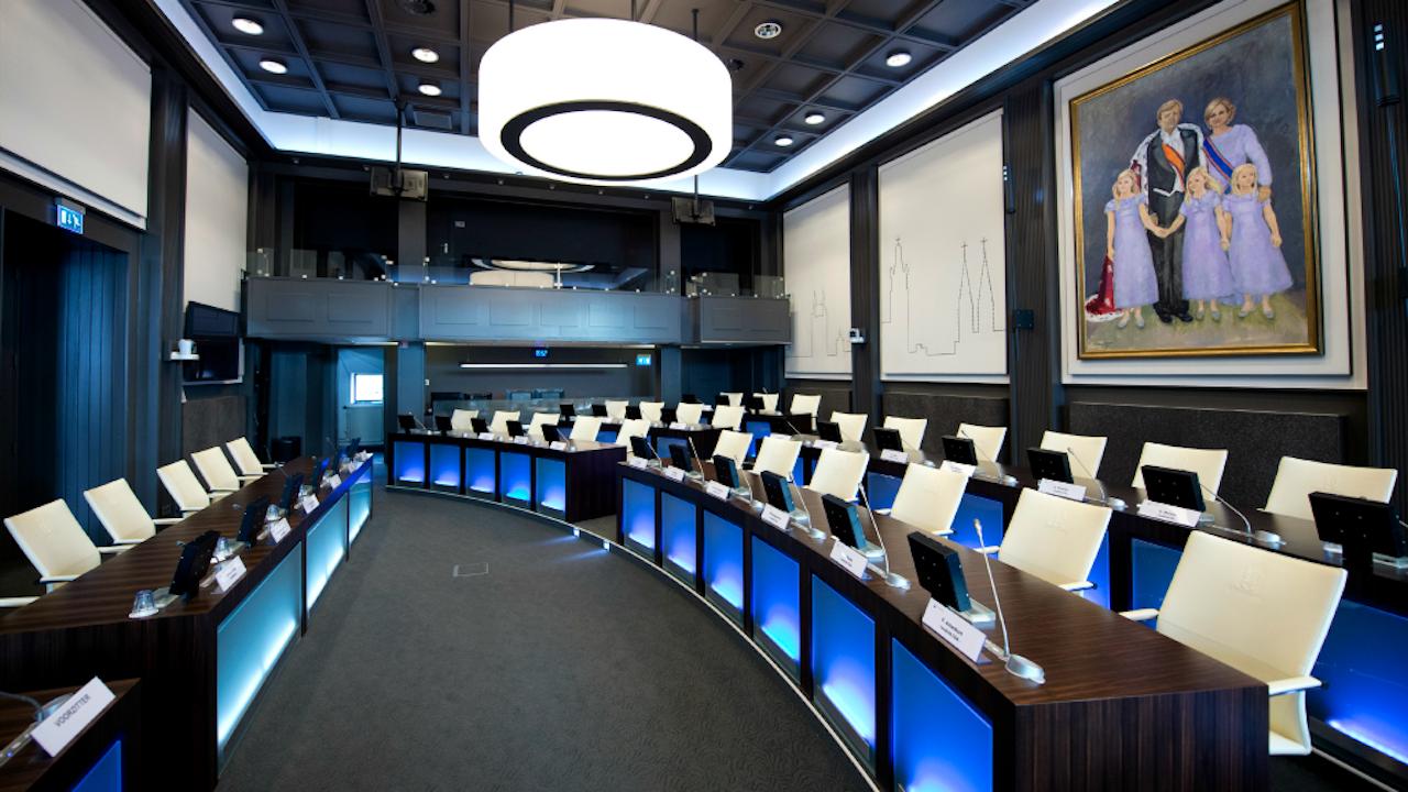 Interieur van de raadzaal in het stadhuis van de gemeente Roermond (Foto: ANP)