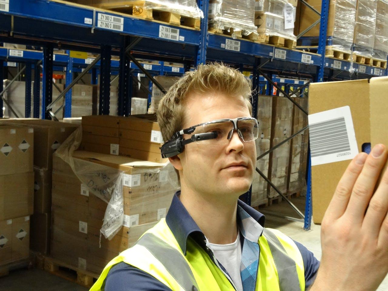 Arno Bruining met 'Smartglasses'.