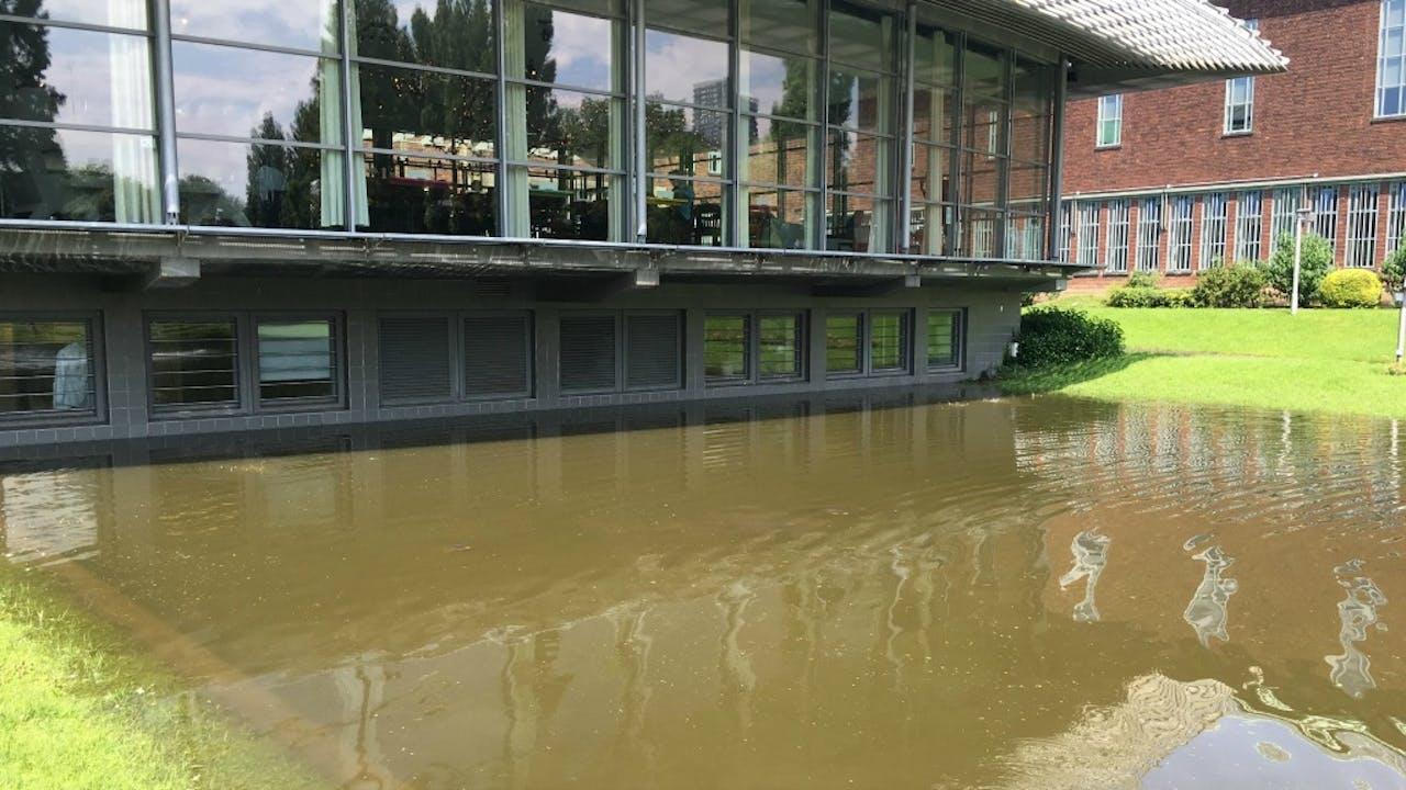 Hoog water bij museum Boijmans van Beuningen in Rotterdam. Foto BNR / Martijn de Rijk