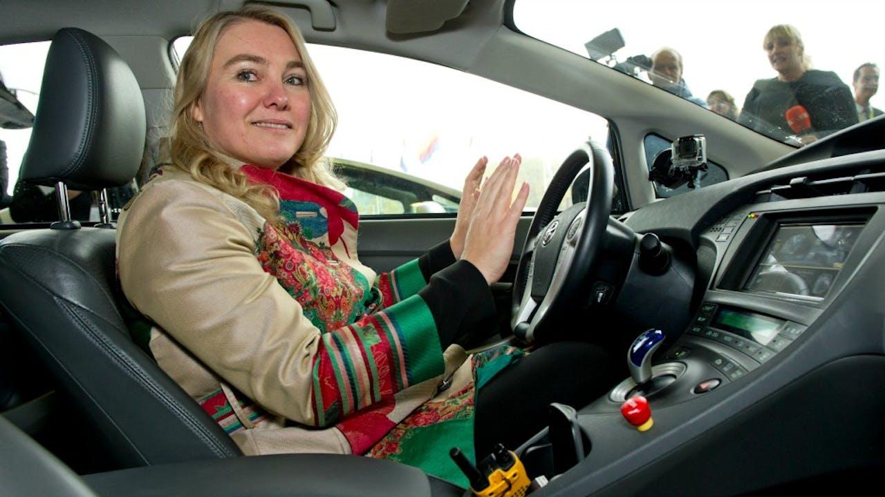 Minister Schultz van Haegen in een zelfrijdende auto. Foto ANP