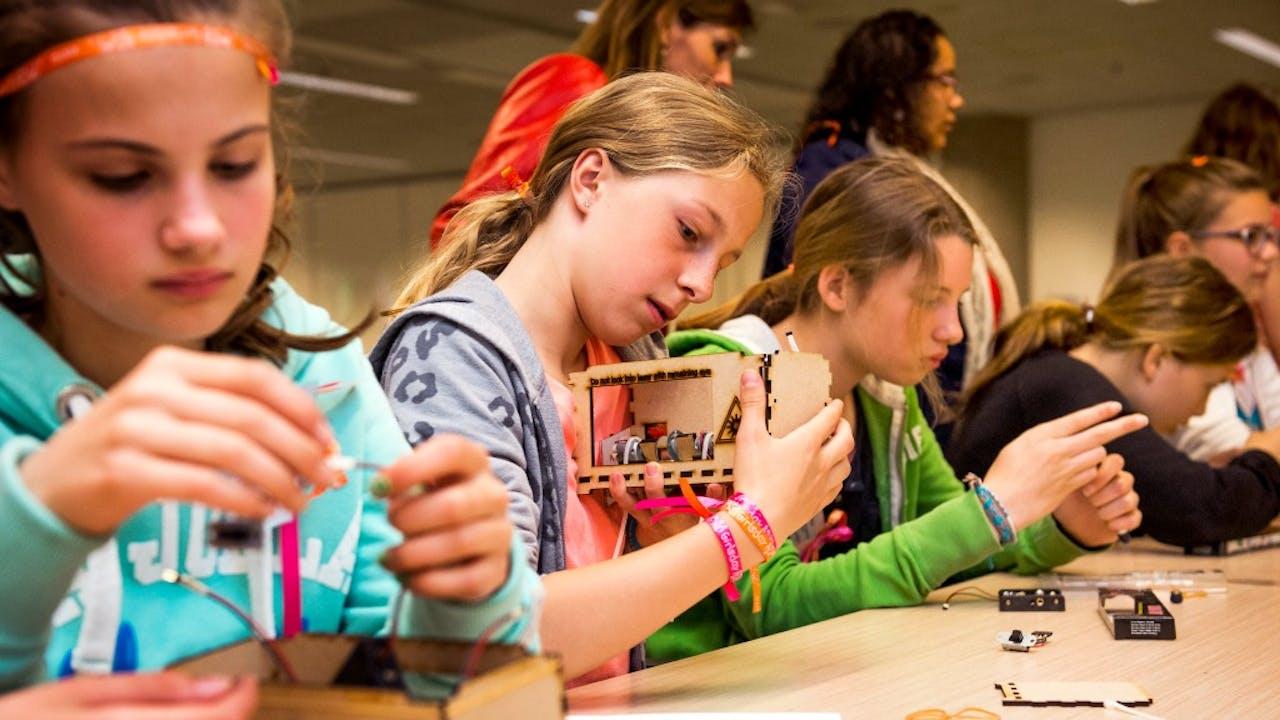 Meisjes bouwen hun eigen laser tijdens Girlsday op het hoofdkantoor van IBM. Foto ANP