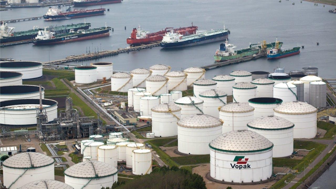 Tankschepen en opslagtanks in de Rotterdamse haven. Foto: ANP