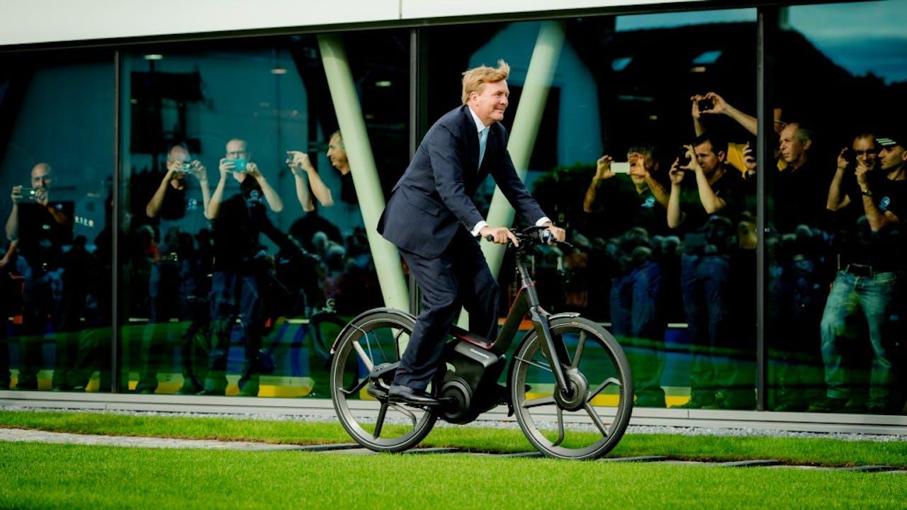Als een koning op je e-bike rijden. Foto ANP