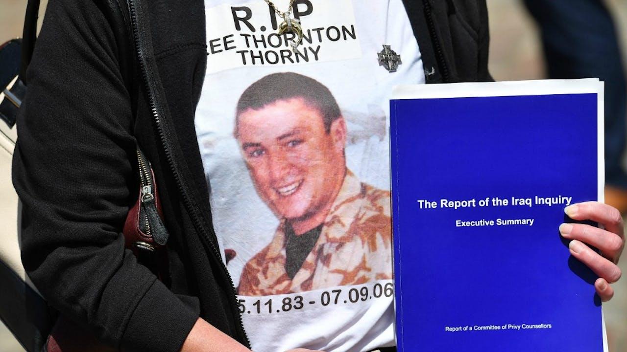 De moeder van een gesneuvelde soldaat met het rapport. Foto ANP