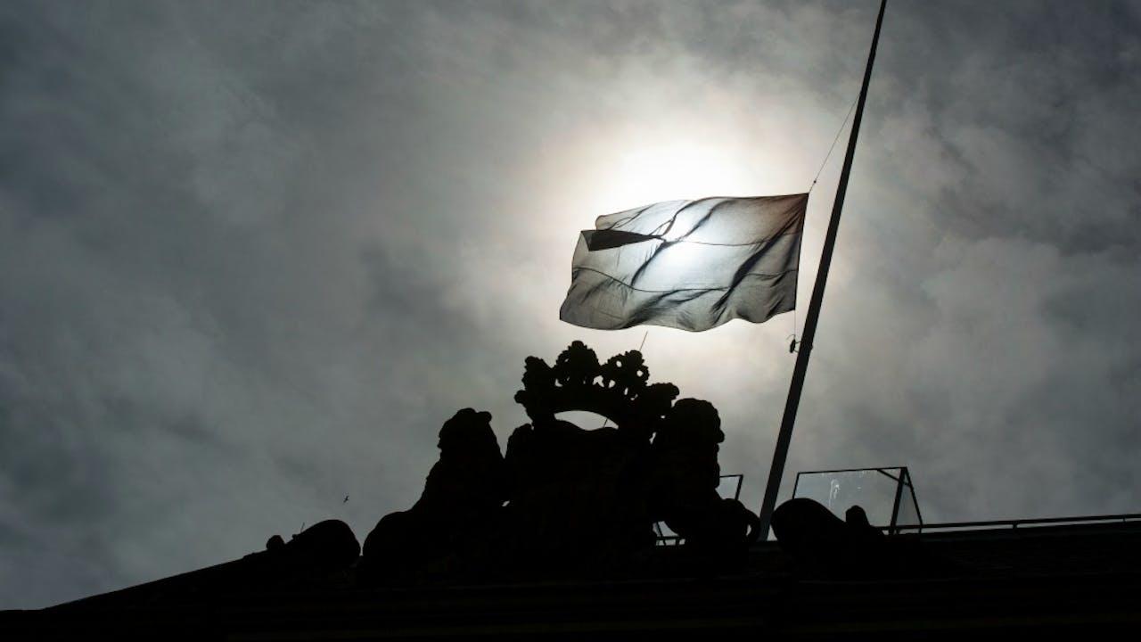 De vlag hangt haflstok bij het ministerie van Defensie na het mortierongeluk op Mali. Foto ANP