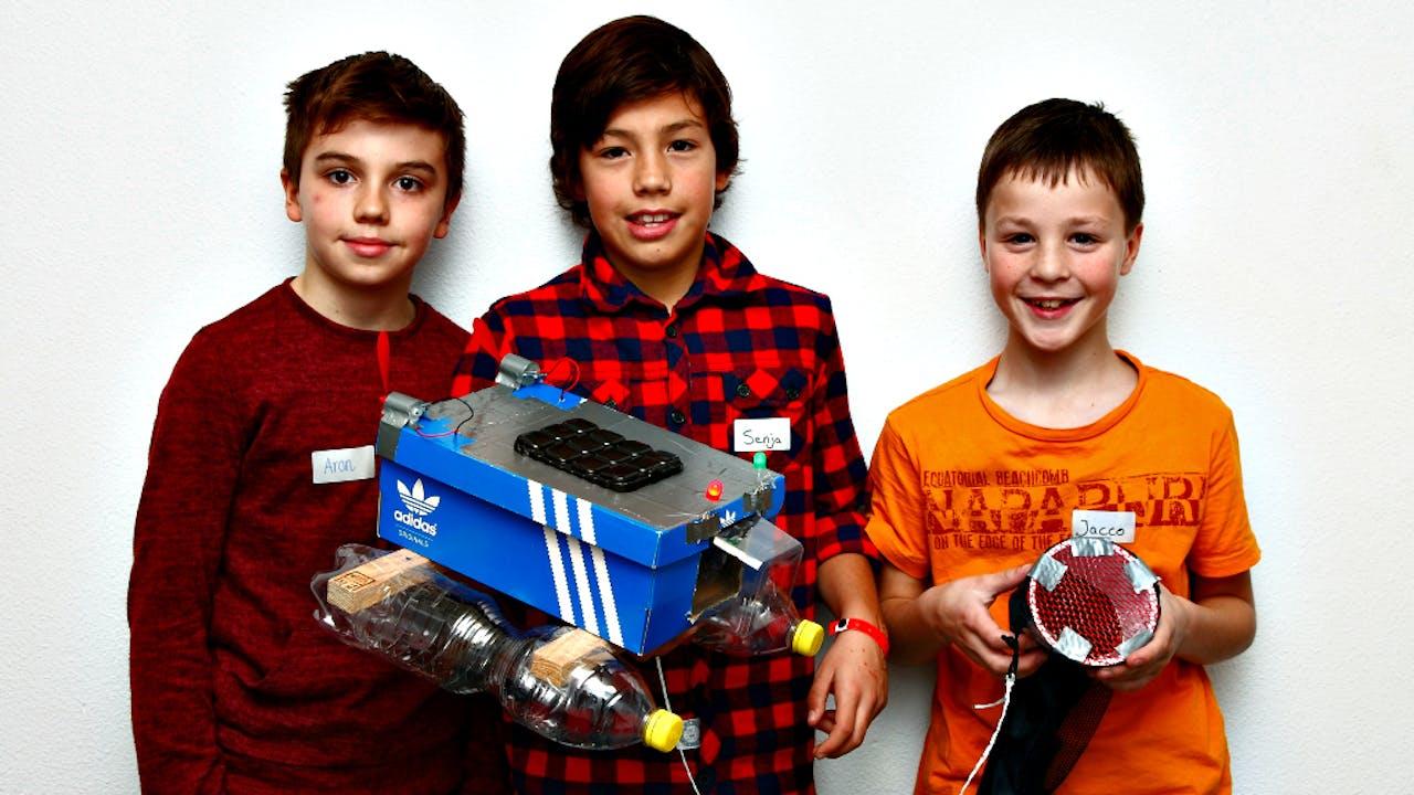 Senya, Jacco en Aron met hun catamaran om plastic uit zeewater te filteren.