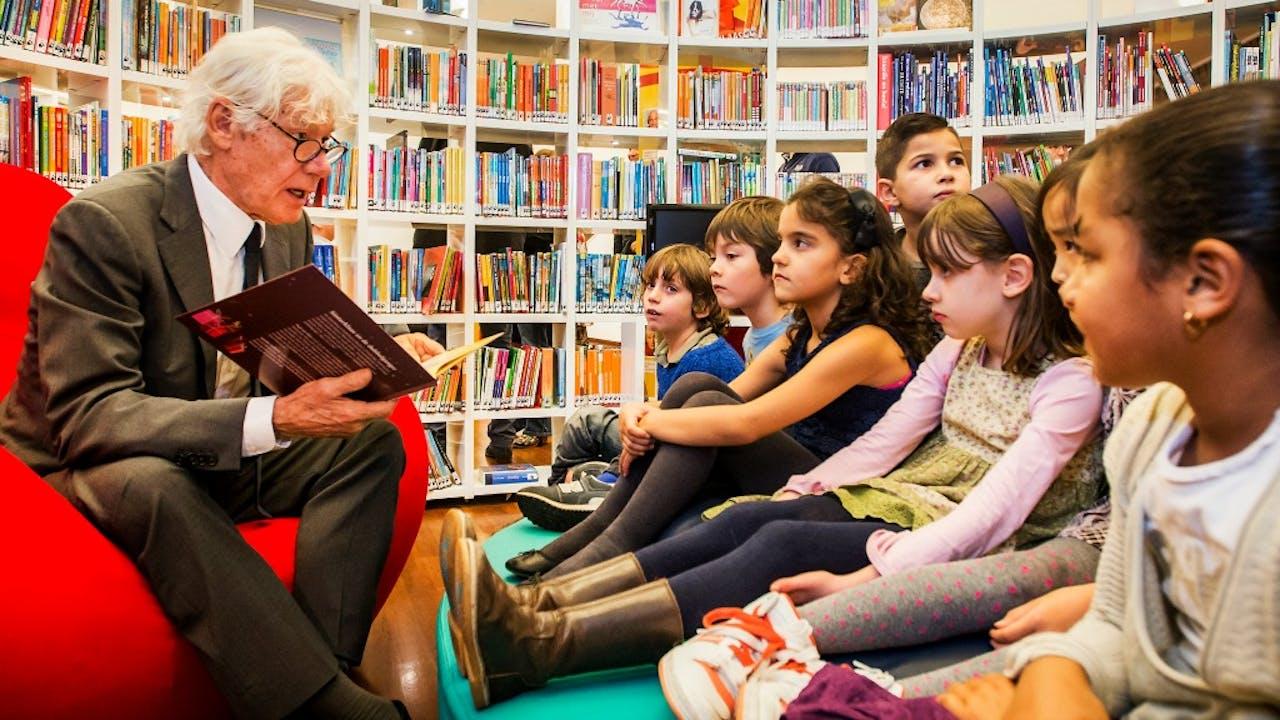 Cabaretier Paul van Vliet leest voor aan kinderen uit zijn eigen Sinterklaasboek. Foto: ANP