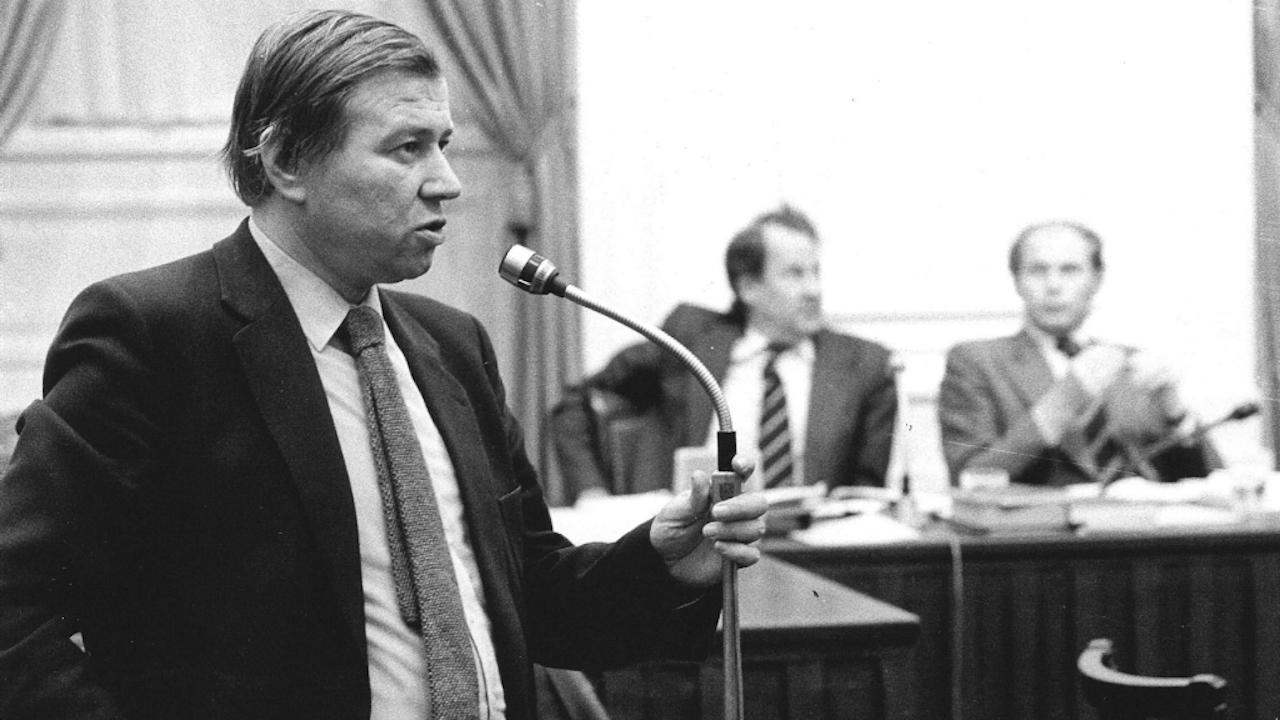 Links in vroegere tijden: Oud-staatssecretaris van volkshuisvesting, PvdA-kamerlid Marcel van Dam bij de interpellatie-microfoon. Foto: ANP (1979)