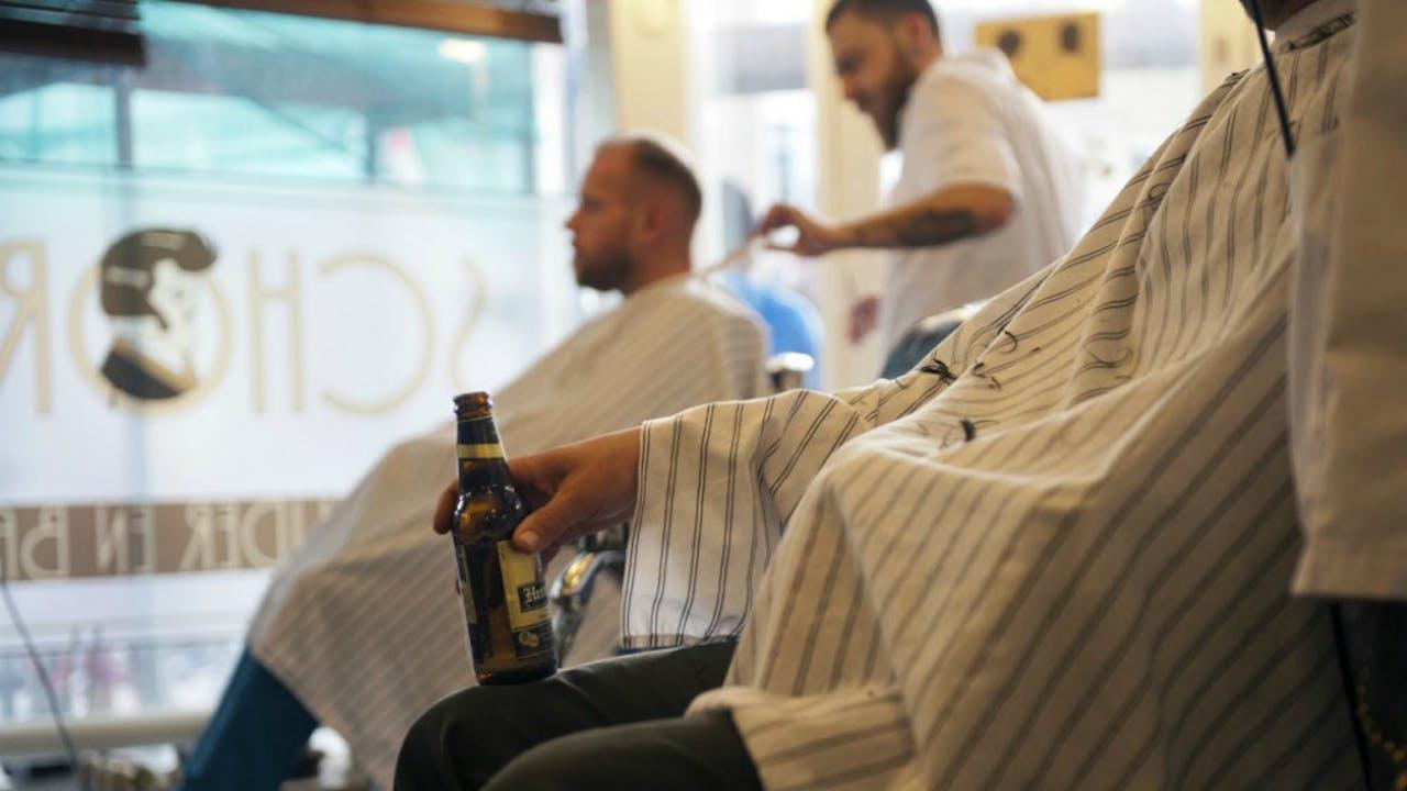 Bier bij de barbier. Kapperszaak Schorem in Rotterdam. Foto: HH/Hans van Rhoon